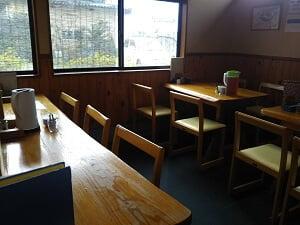 左側のテーブル席の写真