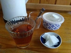 お茶のコップと漬物皿はセルフで準備した写真