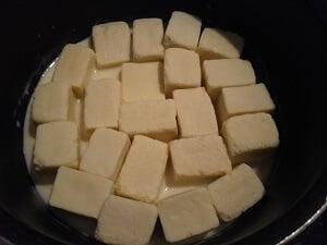 高野豆腐を豆乳に浸している写真