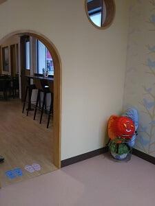 カフェ奥の子供の遊び場の写真