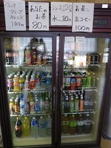 奥にある冷蔵庫の写真