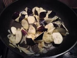 玉ねぎとなすを炒めている写真