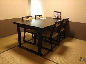 反田の和室にテーブルとイスの写真