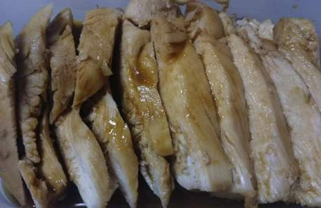 レンジで温めた鶏肉にたれをかけた写真