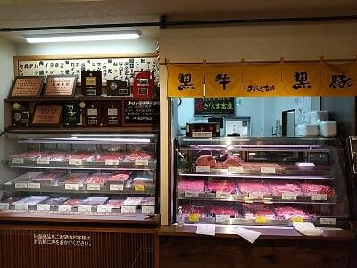 きりしま畜産の売店の肉コーナーショーケースの写真