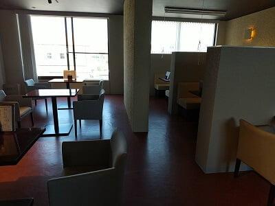 わび助加治木店の左のテーブル席の写真