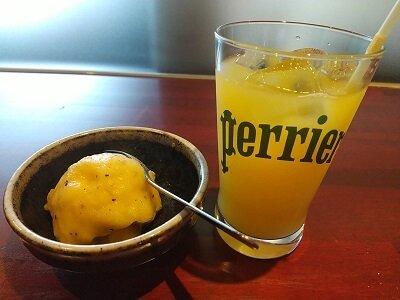 わび助加治木店のオレンジジュースとキウイシャーベットの写真
