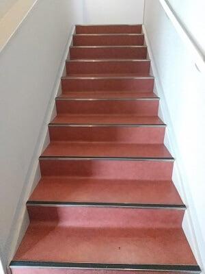 わび助加治木店の2階に昇る階段の写真