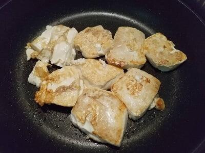豆腐をフライパンで焼く画像