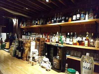 RRRのカウンター向こうのお酒が並ぶ写真