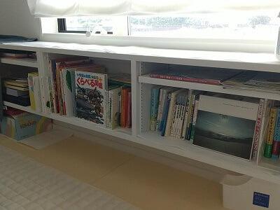 カフェランテアピアチェーレの奥のお座敷の棚に本がある写真