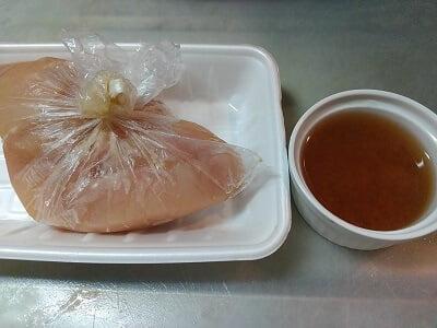 切った鶏むね肉に味を付け梅干しソースの材料を合わせた写真