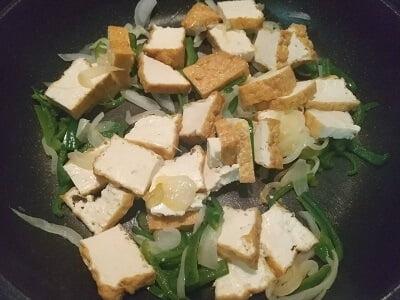 フライパンでたまねぎとピーマンを先に炒め厚揚げも入れて炒める