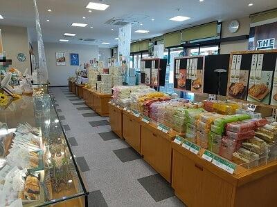 もち吉加治木バイパス店の左奥から見た店内の雰囲気の写真