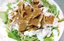 水菜、にんじんの上に豚肉をのせごまだれをかけた写真