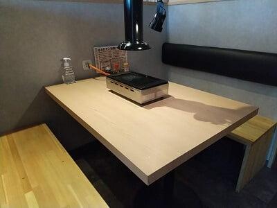 ホルモン市場の右側のテーブル席の写真