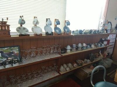 心の駅風景の綺麗に並べられているカップとグラスの写真