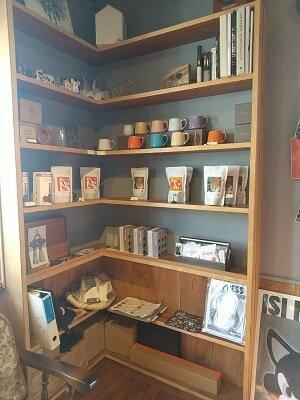 the Store.のコーヒー豆やカップが並ぶ写真