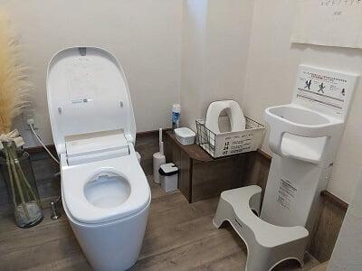 guu dinerの大人のトイレの横にベビーチェアがある写真