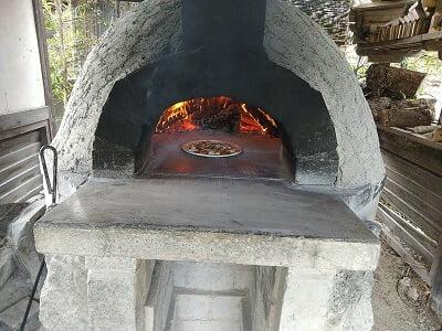 心地庵の教えてもらいながら自分でピザを焼く写真
