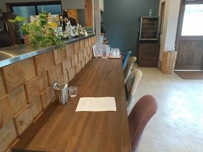 Salute食堂の1階右のカウンター席の写真