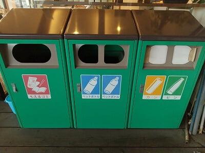 パティスリーアミティエのテラス席のゴミ箱の写真