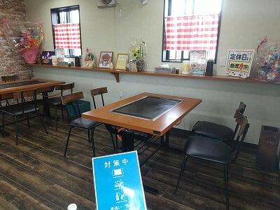 お好み焼安さんの右のテーブル席の写真
