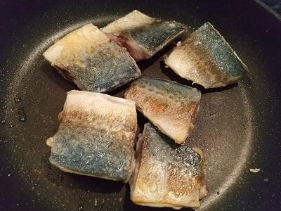 調味料をひと煮立ちさせて取り出し、同じフライパンでさばを焼く写真