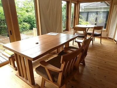 cocoの右横のテーブル席の写真