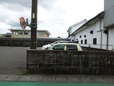 エルホースクリオージョの道路向いの駐車場の写真