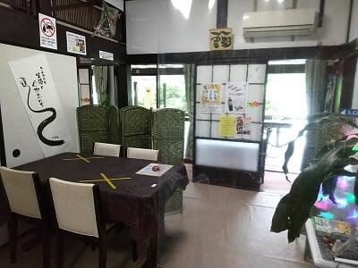 みずえさん家の味工房の手前の部屋のイス席の写真