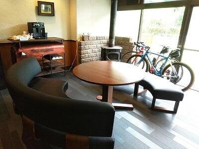 多国籍レストランありがとうのロビーに自転車がある写真