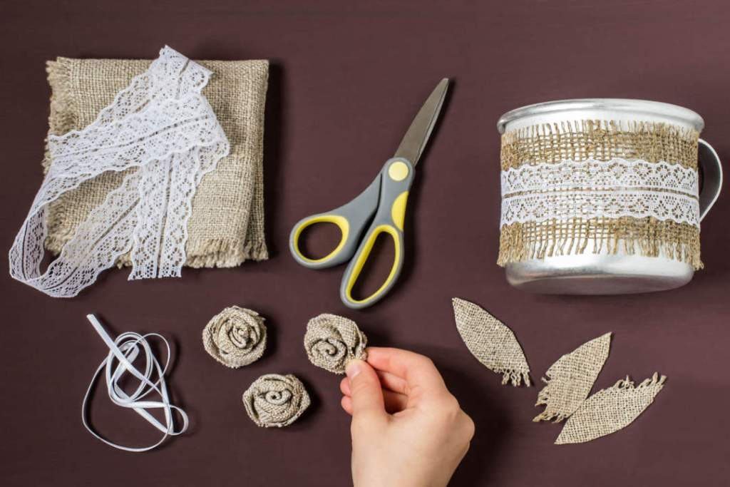 Step 4. Making rose from burlap<br>  Cut out the burlap and make rose designs and leaves.