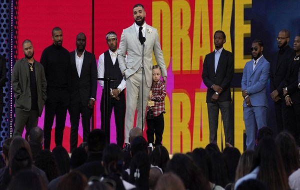 Drake brings his son Adonis onstage to accept Billboard Music Awards