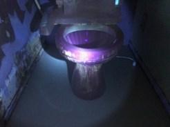 紫外線で汚れをチェック