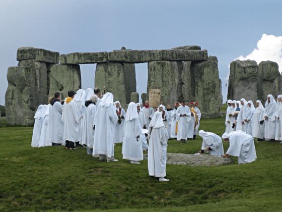 800px-Druids_celebrating_at_Stonehenge_(0)sandyraidy