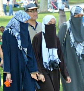 Konverterer du til islam og flytter til et muslimsk land hvor flerkoneri er tillatt kan du ha opptil fire koner.