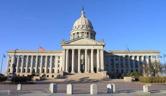 800px-Central_view_of_Oklahoma_Capitol_building. Daniel Mayer. Wikimedia Commons.