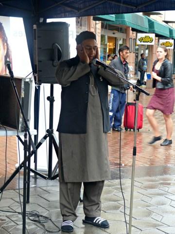 Salim Ahmed fra World Islamic Mission demonstrerer bønnerop på Grønland Torg.