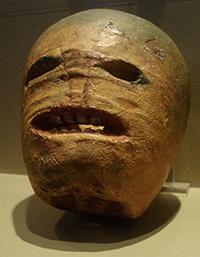 Den Irske forløperen til det utskårne gresskarhodet, laget av kålrot. Utstilt i Museum of Country Life, Irland. Foto: Wikimedia Commons