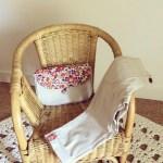 Ensemble Pantalon et Petit sac sur un fauteuil en rotin