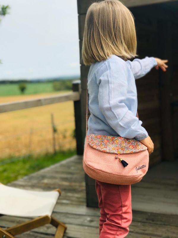 Petite fille portant un sac en bandoulière