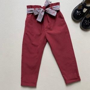 Pantalon pour fille sur fond blanc