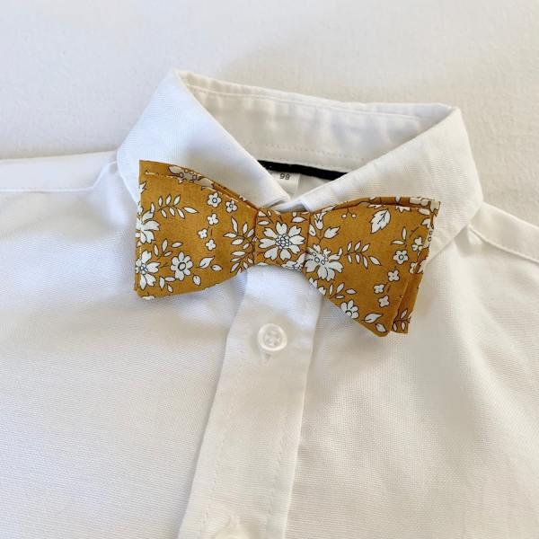 Noeud papillon enfant en Liberty Capel moutarde sur chemise blanche