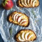 Überbackenes Käsebrot mit Äpfeln und frischem Thymian - Käsetoast - Grilled Cheese Sandwich - vegetarisches Rezept | relleomein.de