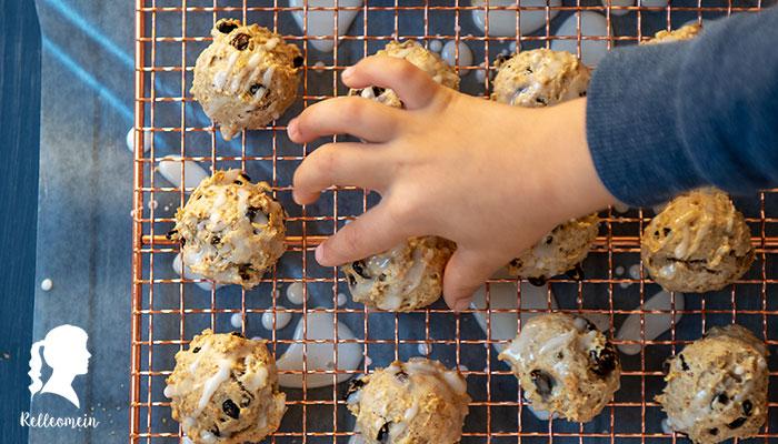 Einfache Kekse mit Rosinen und Zimt fast ohne Zucker auch als Frühstückskekse | relleomein.de #kekse #thermomix #frühstück #zuckerfrei