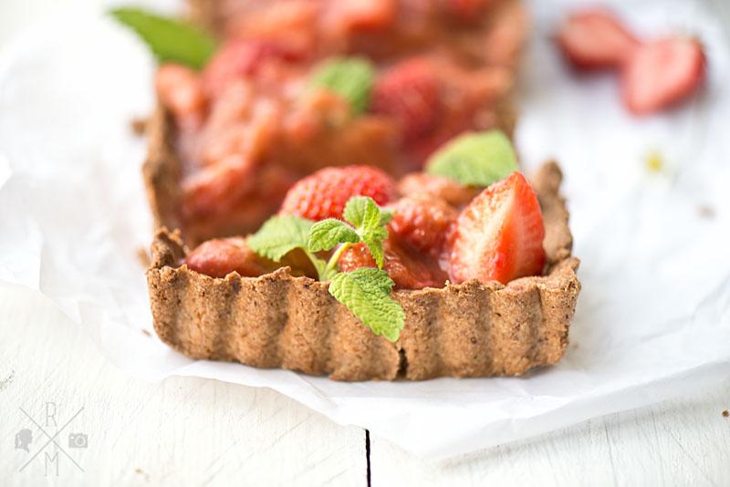 Erdbeer Rhabarber Kuchen mit Zitronenmelisse und Dinkelvollkornmehl   relleomein.de