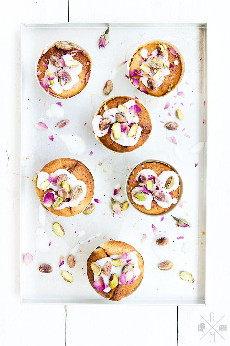 Zitronen-Frischkäse-Muffins mit Pistazien und Rosenblättern | relleomein.de