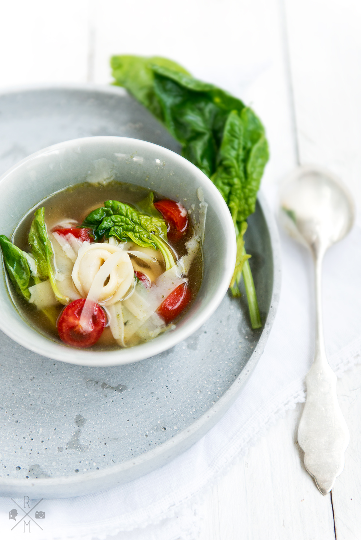 Tortellinisuppe mit frischem Spinat und Tomaten | relleomein.de #veggy #souptober #recipe