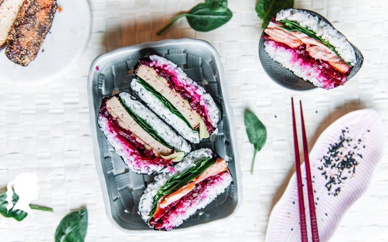Onigirazu - Japanisches Sushi Sandwich mit Knuspertofu und Sriracha Mayo | relleomein.de #sushi #vegan #foodblogger